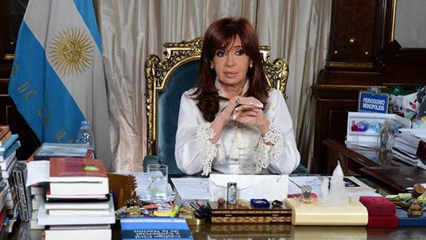 """Em carta, Cristina Kirchner sugere que Clarín teria """"fabricado"""" processo do promotor que foi encontrado morto"""