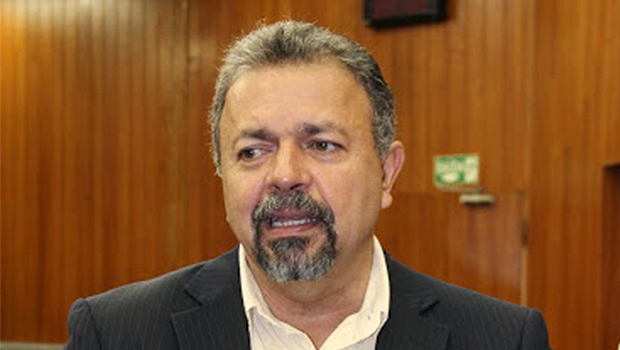 Elias Vaz pede suspensão de contrato de iluminação pública da prefeitura