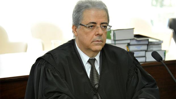 Uma coluna de O Popular diz que Leobino Valente assumiu o TJ e outra coluna diz que assume em fevereiro