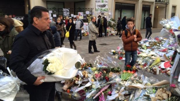 Governador Marconi Perillo deposita rosas brancos na frente da sede do Charlie Hebdo | Foto: Gabinete de Imprensa de Goiás