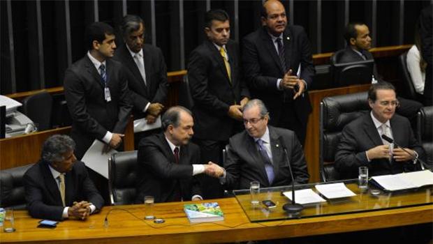 Após cumprimentar Eduardo Cunha, na sessão de abertura do ano legislativo, o ministro Aloizio Mercadante disse que o momento exige diálogo sobre uma agenda para o país | Fabio Rodrigues Pozzebom/Agência Brasil