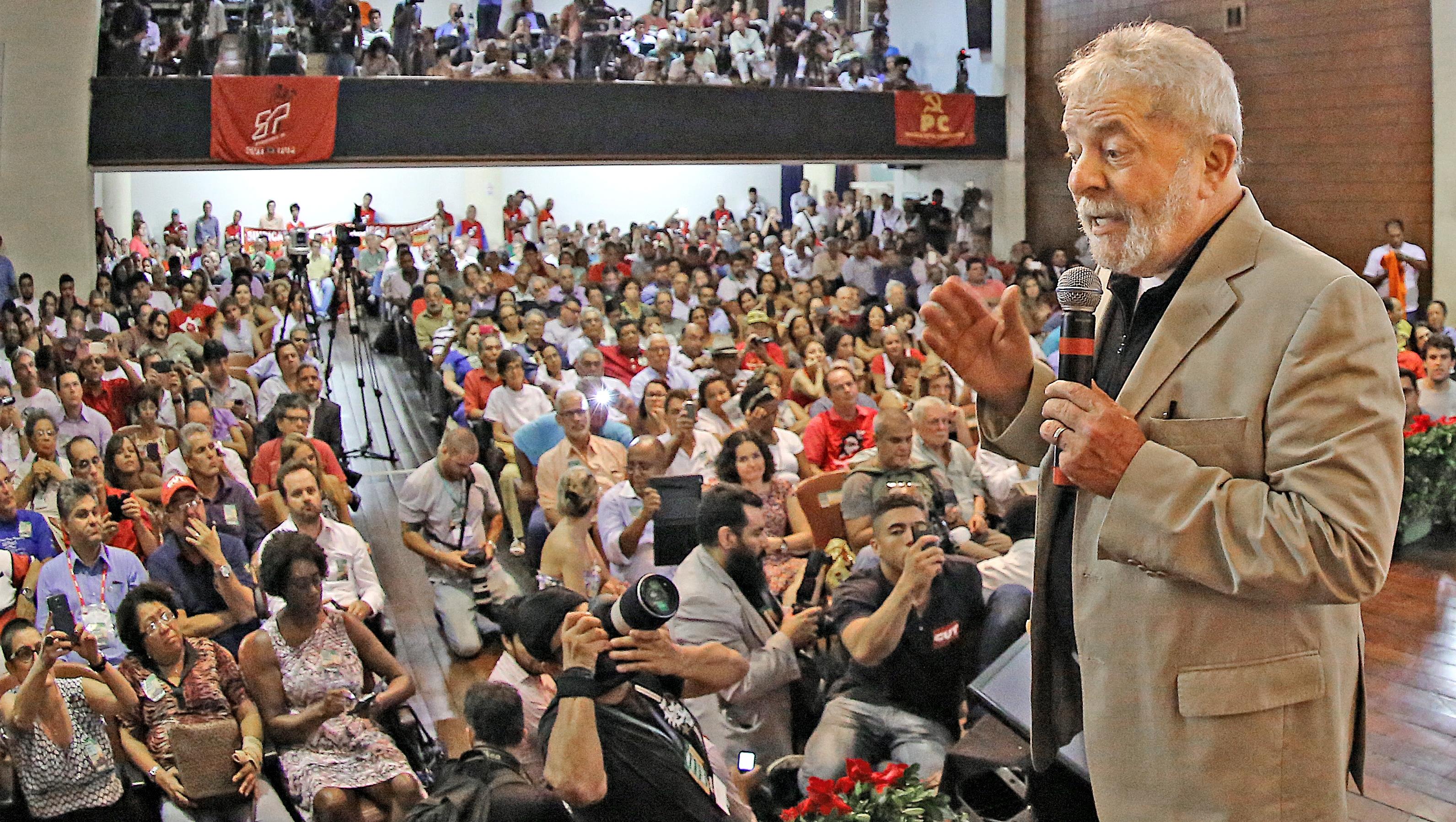 """Sobre escândalos na Petrobras, Lula aconselha Dilma Rousseff a """"levantar a cabeça"""""""