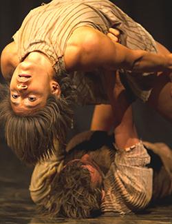 O coreógrafo João Paulo já conhecia os contos de Guimarães; agora, os bailarinos Daniel Calvet e Andrey Alves dão vida aos movimentos em Rosa / Foto: Lu Barcelos