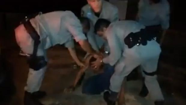 Vídeo mostra policiais goianos em ritual de exorcismo