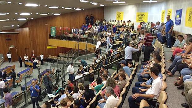 Oposição pressiona base de Paulo Garcia para derrubar veto