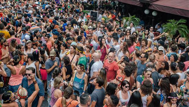 Carnaval na Vila Madalena termina com atrito entre polícia e foliões