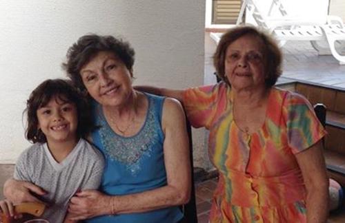 Helê Parrode Bernardes (ao centro), com a sobrinha-neta Sofia e a irmã Antônia Parrode