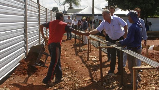 Prefeito Misael Oliveira cumprimenta trabalhador na construção do Posto de Saúde da Família (PSF) | Foto: Assessoria de Imprensa