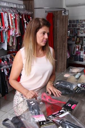 """Empresária Elinete Cabral, em loja """"Super Sexy Lingerie e Sex Shop. Ela iniciou no ramo para fugir do estresse de seu antigo trabalho, e assim como o outros comerciantes, não percebeu aumento de vendas após o filme """"50 Tons de Cinza"""" / Foto: Fernando Leite/ Jornal Opção"""
