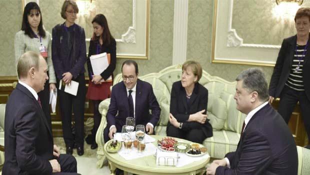 Em encontro, Vladimir Putin, Petro Poroshenko, Angela Merkel e François Hollande tentam decisão comum para crise na Ucrânia: ataques aumentaram chance de conflito | Foto: Reuters