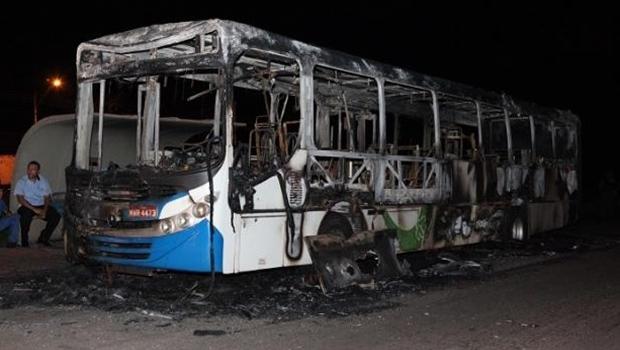 Ônibus incendiado em Palmas | Foto: reprodução / Twitter Blog Rede Integrada