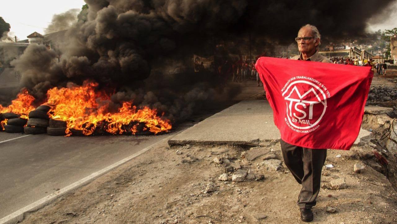 MTST fecha rodovias para protestar pelo Minha Casa, Minha Vida e recuo no ajuste fiscal