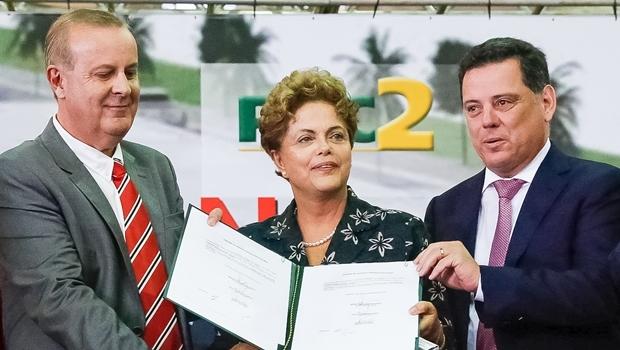 Dilma com o prefeito de Goiânia, Paulo Garcia (PT), e o governador Marconi Perillo (PSDB): nem as parcerias no Estado salvam a popularidade do governo no Centro-Oeste   Foto: Roberto Stuckert Filho/ PR