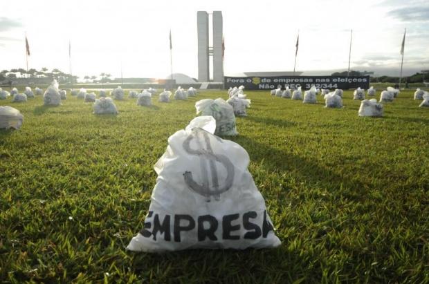 Manifestação em frente ao prédio do Congresso Nacional, com duzentos sacos de dinheiro simbolizando o financiamento empresarial de campanhas eleitorais.  |  Foto: Pedro França/Agência Senado