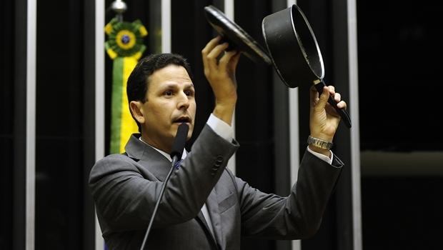 Deputado Bruno Araújo e a panela: homenagem ao povo brasileiro   Foto: Gustavo Lima