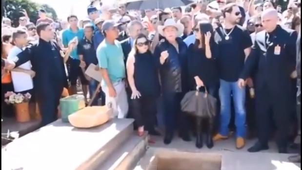 """Veja vídeo: José Rico é enterrado no interior paulista ao som de """"Estrada da Vida"""""""