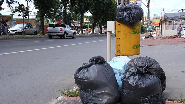 Com poucas lixeiras pela  cidade, onde há uma o  lixo se acumula