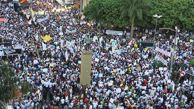 Em junho de 2013, como em todo o Brasil, os goianienses foram às ruas em protesto contra a corrupção e os serviços públicos ruins: os problemas só aumentaram desde então e agora Dilma personifica o desgosto popular | Foto: Renan Accioly