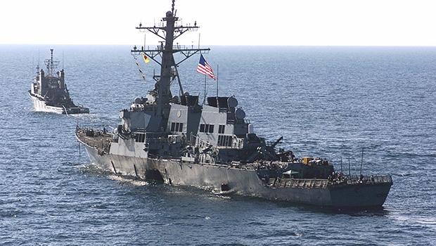 Destroier americano USS Cole foi bombardeado pela Al-Qaeda em um porto do Iêmen, país árabe do Golfo Pérsico | Foto: Reprodução/Site Naval History and Heritage Command