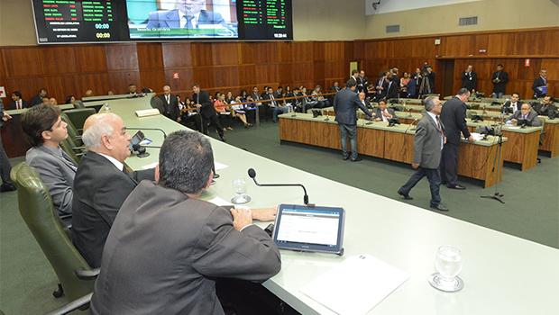 Deputados de oposição questionam votação de projeto dos professores