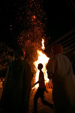 Holika: os moradores acendem fogueiras na noite anterior ao Holi | Foto: Delcio Gonçalves