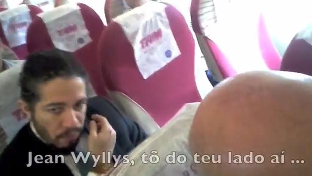 Jean Wyllys se recusa a ficar ao lado de Bolsonaro em voo e é criticado pelo militar