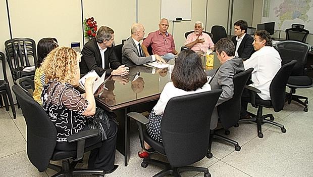 Reunião entre o Simego, Prefeitura e Ministério Público, que resultou na suspensão da greve dos médicos   Foto: Prefeitura de Goiânia