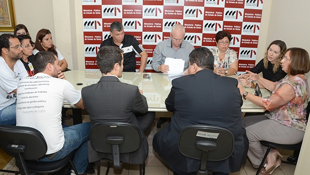Reunião dos servidores da Educação municipal em greve e representantes da Prefeitura de Goiânia e promotores do MPGO | Foto: João Sergio
