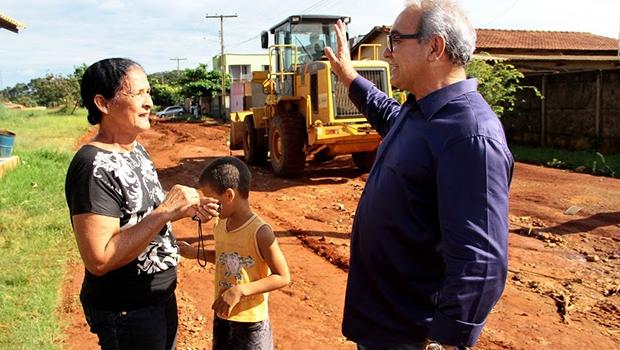 Prefeito Jânio Darrot conversando com moradora do Setor Monte Sinai:bairro enfim recebe asfalto | Foto: Iris Roberto