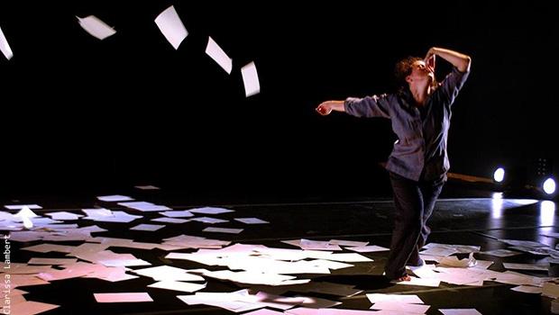"Dudude Herrmann durante a cena mais marcante do espetáculo ""A Projetista"" | Foto: Clarissa Lambert"