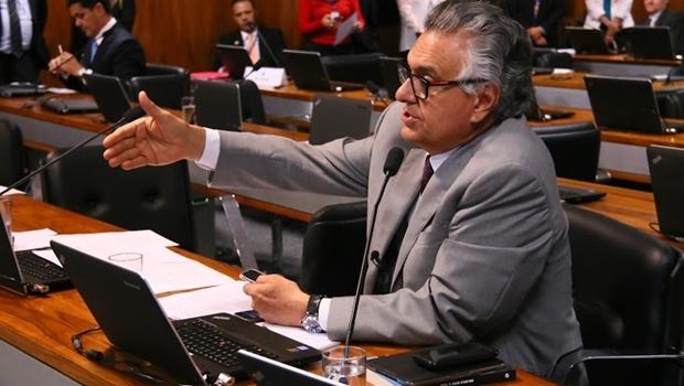 O senador durante a reunião na Comissão de Relações Exteriores: sempre ativo | Foto: Fernando Leite / Jornal Opção