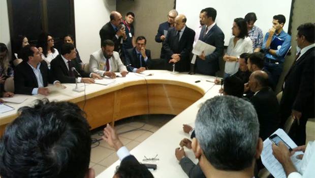 Termina em tumulto reunião da comissão que avaliou reforma
