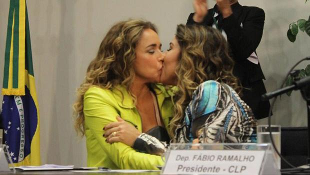 Daniela Mercury beija esposa, Malu Verçosa, durante seminário no Congresso