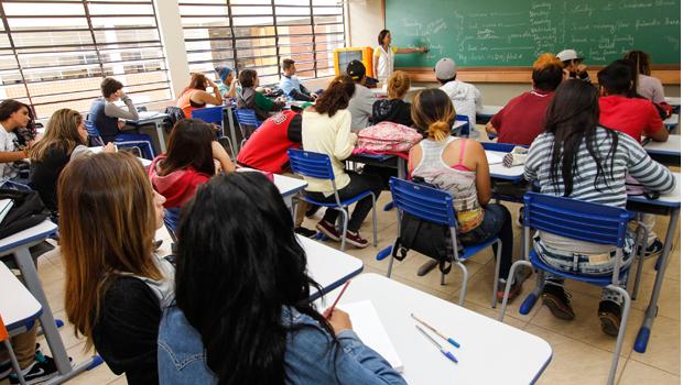 Servidores do Estado pedem piso nacional dos professores e data-base dos funcionários administrativos