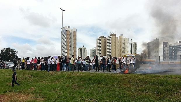 Professores bloqueiam BR-153, próximo ao Paço Municipal | Foto: PRF/Divulgação