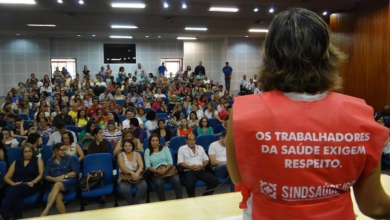 Servidores da Saúde de Goiânia realizam manifestação contra atraso de benefício