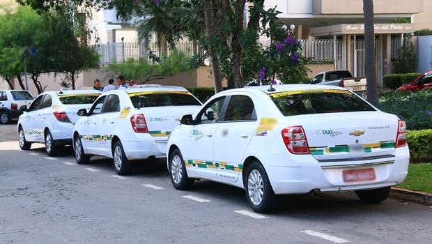 Taxistas realizam manifestação contra projeto que regulamenta Uber em Goiânia
