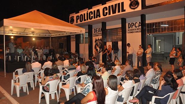 População e convidados participam da entrega da nova sede de três delegacias em Trindade: mais segurança | Foto: Iris Roberto