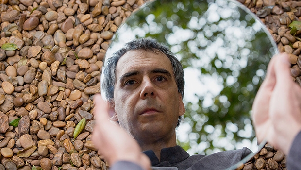 Arnaldo Antunes é desses artistas que incansavelmente apontam que o homem pode ser algo além daquilo que demonstra ser