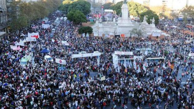 Manifestação contra o feminicídio reúne milhares de argentinos em Buenos Aires | Foto: Fernando Sturla/Divulgação/Télam