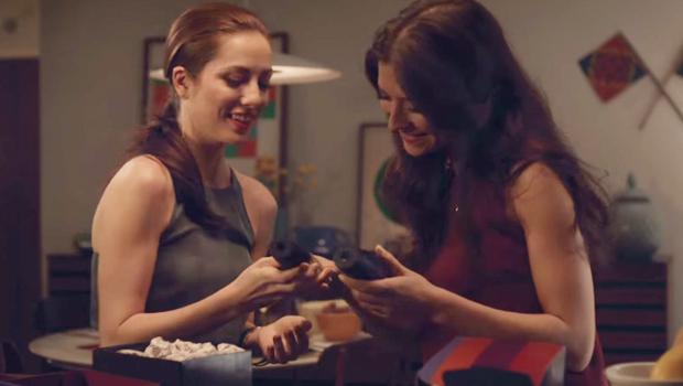 Trecho de vídeo em que casal de namoradas troca presentes | Foto: Reprodução/YouTube