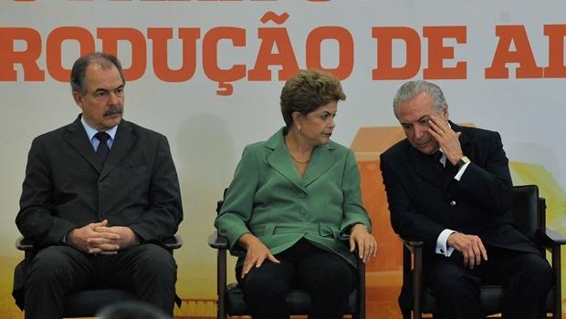 Dilma e os ministros Aloízio Mercadante (Casa Civil) e Michel Temet (Articulação Política)   Foto: Elza Fiúza / ABr
