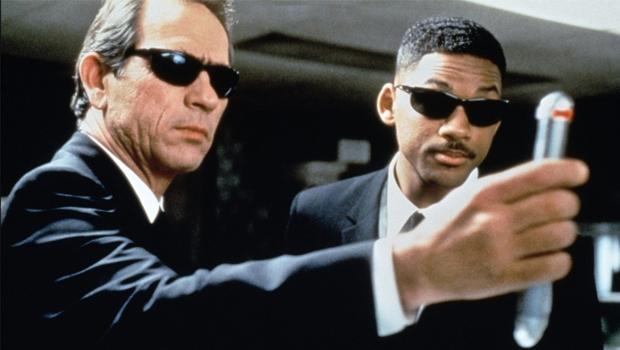 """Tommy Lee Jones e Will Smith como os agentes de """"MIB - Homens de Preto"""": """"desver"""" o indesejável só na ficção"""