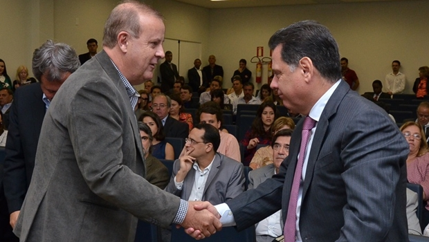 Marconi e Paulo Garcia se reunem para acertar compra de caminhões de lixo
