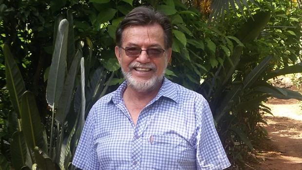 Autor Paulo de Tarso em foto tirada na Estância Lira, uma área de 3,5 alqueires em Aparecida de Goiânia, onde o médico (e ambientalista) promoveu reflorestamento de mais de 160 espécies de árvores do Cerrado   Foto: Arquivo pessoal