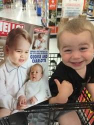 """Foto do bebê foi publicada com o título """"Meu afilhado pensa que é o príncipe""""   Reprodução: Reddit"""