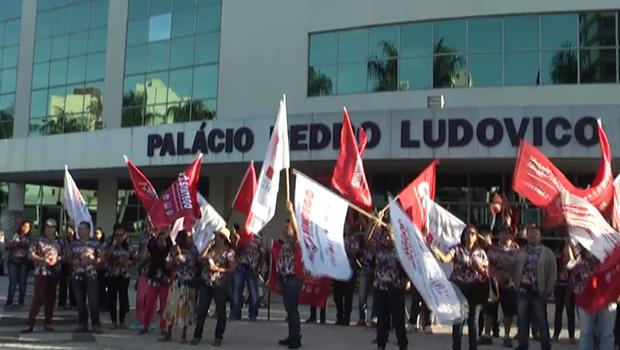 Servidores da Educação estadual fecham entrada do Palácio Pedro Ludovico Teixeira