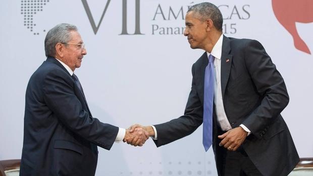 O líder cubano, Raul Castro (esquerda), e o presidente dos Estados Unidos, Barack Obama, durante encontro em abril deste ano | Foto: Foto: Amanda Lucidon/Official White House