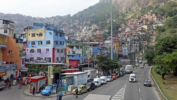 Homem foi encontrado ainda com vida na Rocinha, no Rio de Janeiro | Foto Marcelo Horn