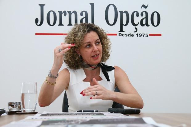 Secretária da Fazenda, Ana Carla Abrão, durante entrevista ao Jornal Opção | Foto: Fernando Leite/ Jornal Opção
